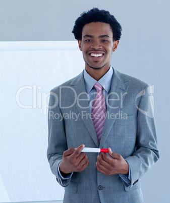 Afro-Amerikaner gibt eine Präsentation
