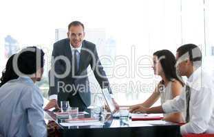 Geschäftsleute besprechen ein neues Projekt während eines Meetings