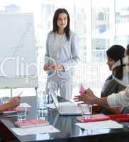 Geschäftsfrau spricht mit ihren Kollegen während einer Präsentation