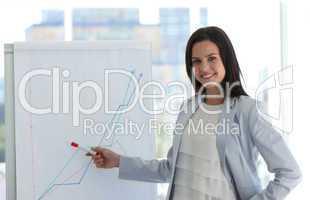 Lächelnde Geschäftsfrau mit verschränkten Armen in einer Präsenatation