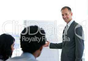 Geschäftsmann gibt eine Präsentation