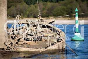 Schiffswrack mit Tonne