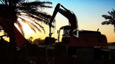 Baumaschinen bei Sonnenuntergang