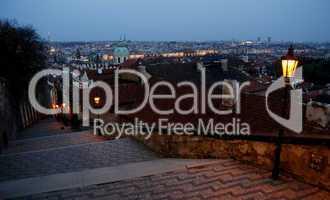 Prag: Blick über die abendliche Stadt von der Treppe zur Prager Burg
