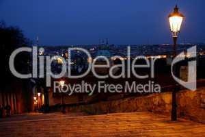 Prag: Blick über die abendliche Stadt von der Treppe zur Prager Burg (2)