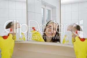 Hausfrau beim Bad putzen
