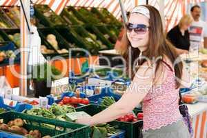 Frau kauft frisches Obst und Gemüse auf dem Markt