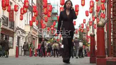 London: Chinatown, Soho. Menschenmassen in einer Straße mit chinesischen Lampions
