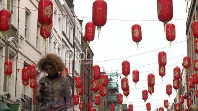 London: Chinatown, Soho. Geschäftsstraße mit chinesischen Lampions