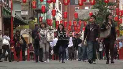 London: Chinatown, Soho. Menschenmassen in einer Straße mit chinesischen Lampions (2)