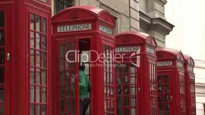 London: vier typisch rote Telefonzellen (halbnah 1)