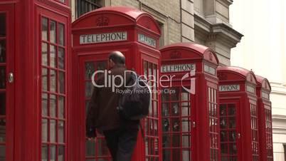 London: vier typisch rote Telefonzellen (halbnah 2)