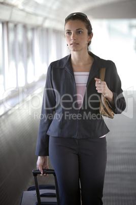 Sexy junge Frau am Flughafen mit Koffer