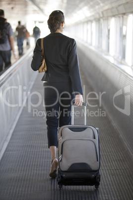 Junge frau mit Koffern