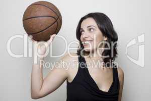 Mädchen mit Basketball
