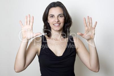 Junge hübsche Frau zeigt die Nummer 10