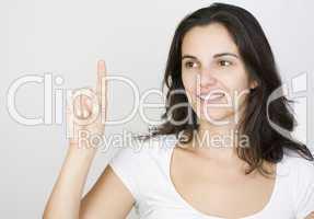 Junge Frau drückt auf einen virtuellen Schirm