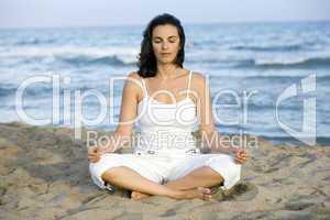 Frau macht Joga am Strand