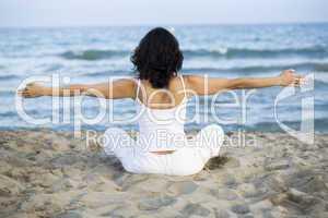 Junge Frau macht Yoga am Strand