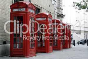 London: vier typisch rote Telefonzellen (Querformat)