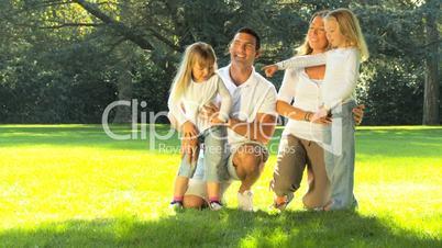 Eltern und Mädchen