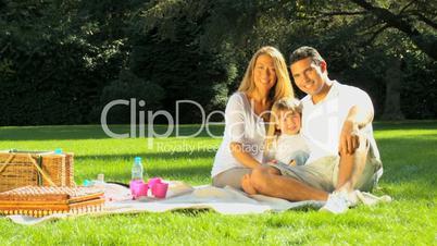 Familie beim Picknick
