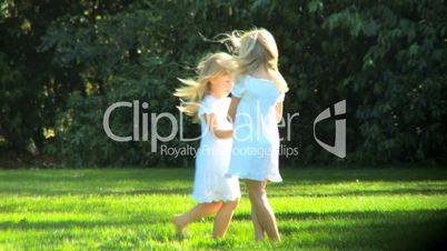 Zwei Mädchen tanzen im Park