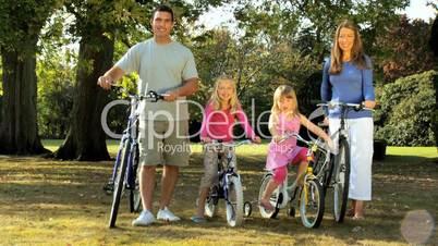Junge Familie mit Fahrräder