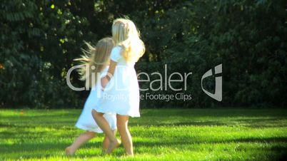 Mädchen tanzen im Park.