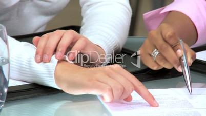 Frauenhände bei Arbeit im Büro
