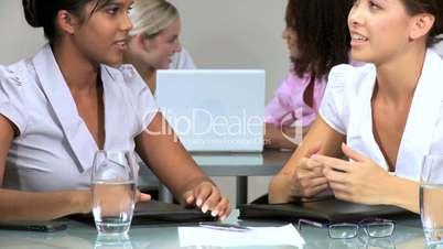 Frauen beim Arbeiten im Büro