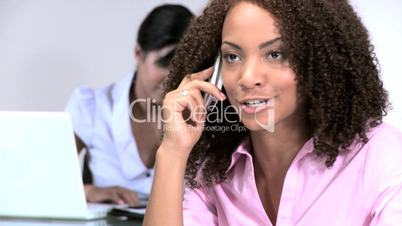 Frau beim Telefonieren im Büro