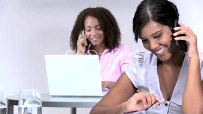 Frauen beim Telefonieren im Büro