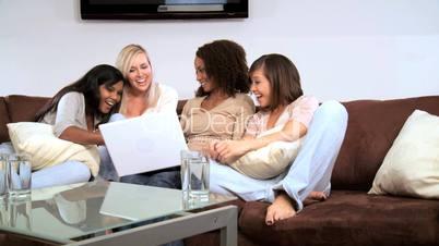 Frauen beim Chatten