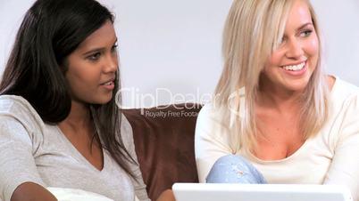 Junge Frauen mit Notebook