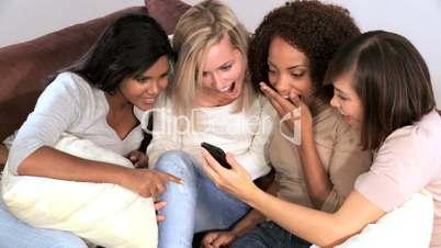 Junge Frauen mit iPhone