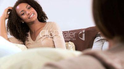 Junge Frauen im Gespräch