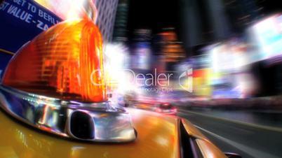 Fahrendes gelbes Taxi bei Nacht