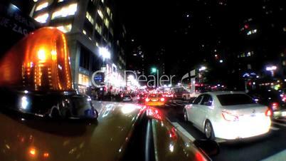 Fahrendes gelbes Taxi  mit Blinklicht