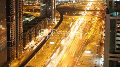 Zeitraffer von Verkehr bei Nacht
