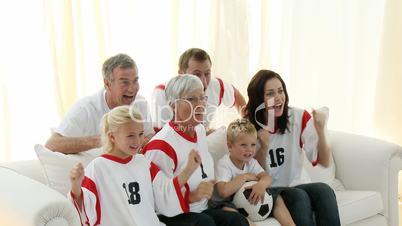 Großfamilie beim Fussball schauen