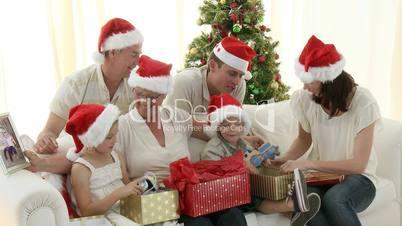 Familie mit Weihnachtsgeschenken