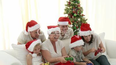 Familie mit Computerspielen an Weihnachten
