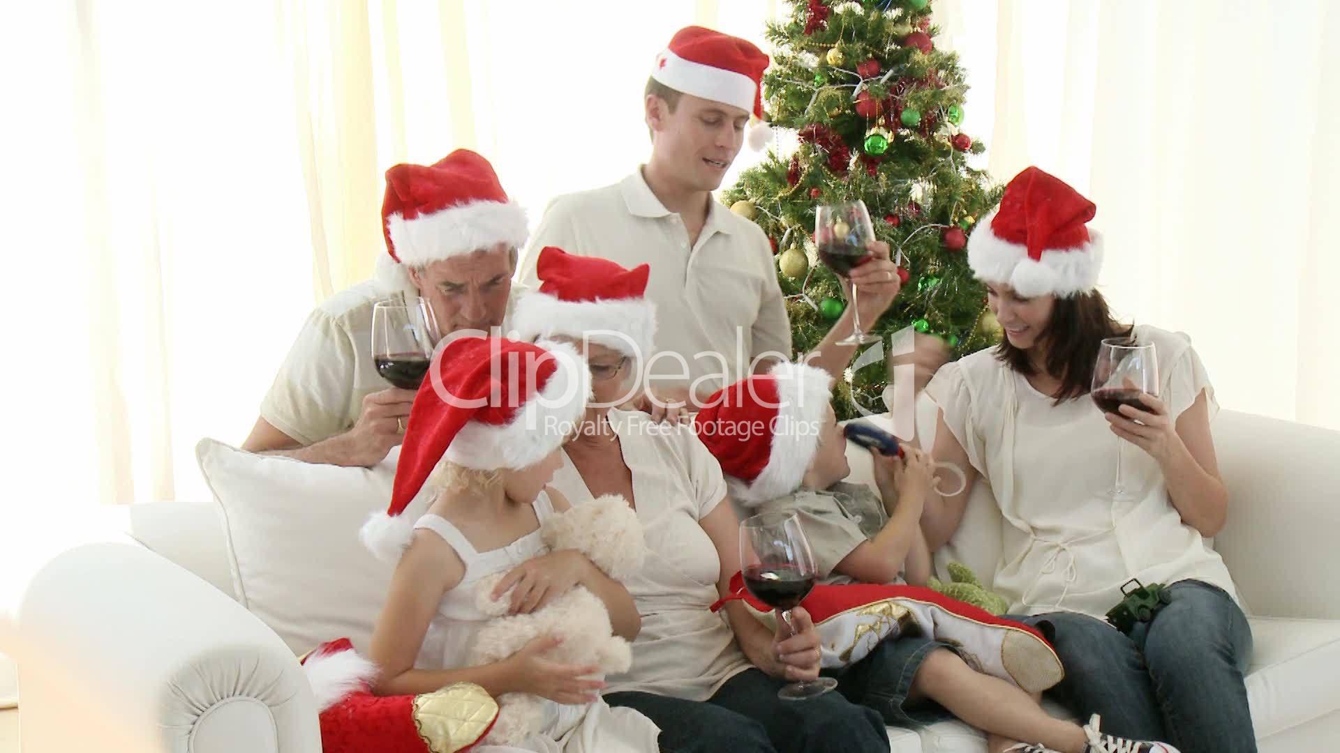 gro familie feiert weihnachten v deos de archivo y clips. Black Bedroom Furniture Sets. Home Design Ideas