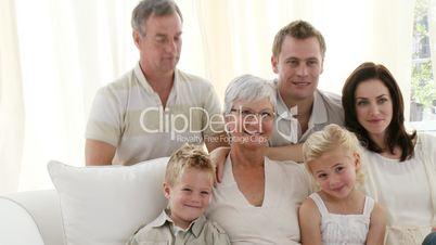 Großfamilie vor dem Fernsehgerät