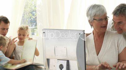 Großeltern mit Computer