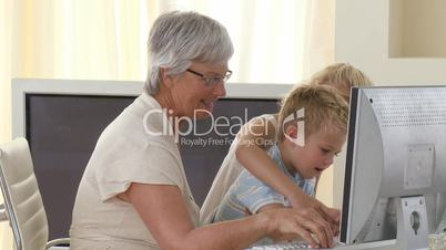 Großmutter mit Enkelkindern im Büro