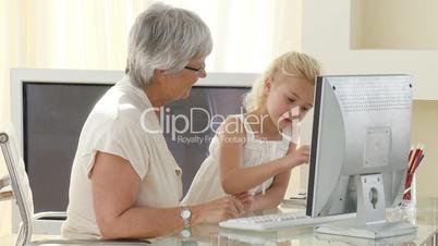 Großmutter mit Enkelkind im Büro