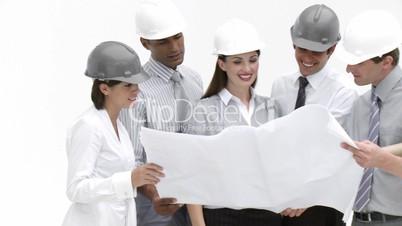 Arbeitsteam mit Schutzhelmen