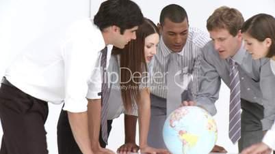 Geschäftsleute mit Globus